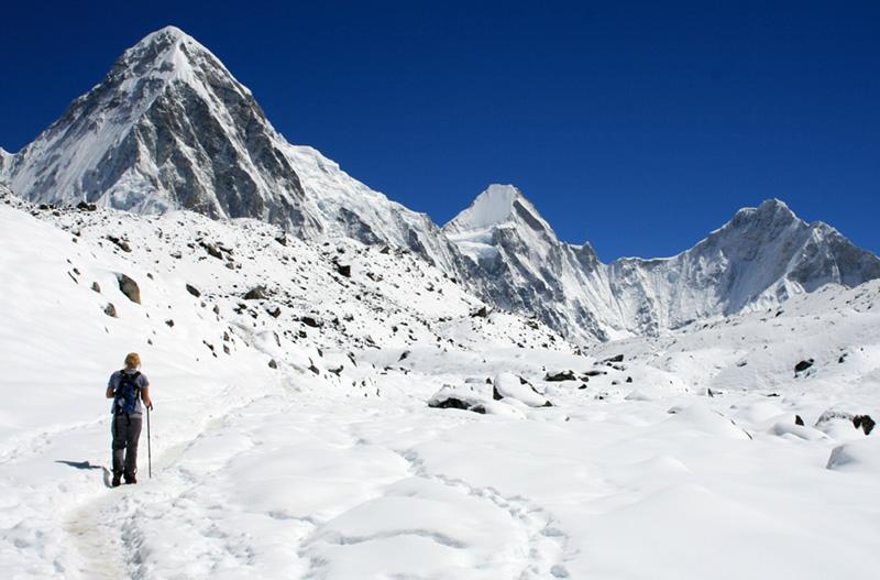 Renjo-La pass trekking